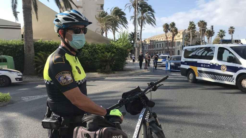 Un agente del dispositivo especial de seguridad de la Policía Local de Alicante.