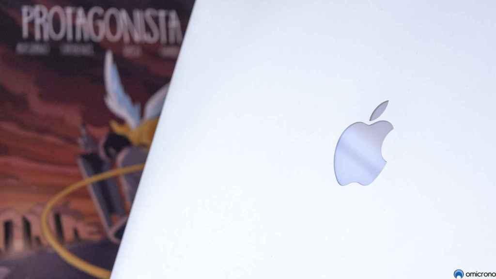 Un MacBook Pro cerca de un cómic.