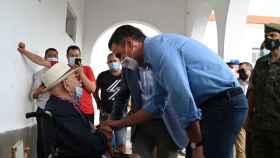 Pedro Sánchez habla con un ciudadano de La Palma que ha tenido que ser desalojado. Moncloa