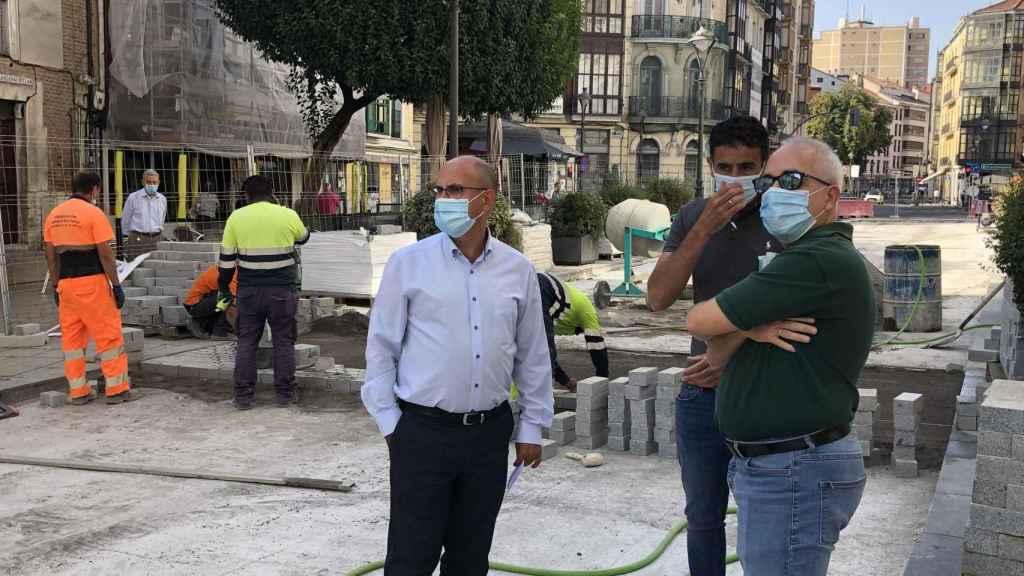 Vélez durante la vista a las obras de una calle de la ciudad