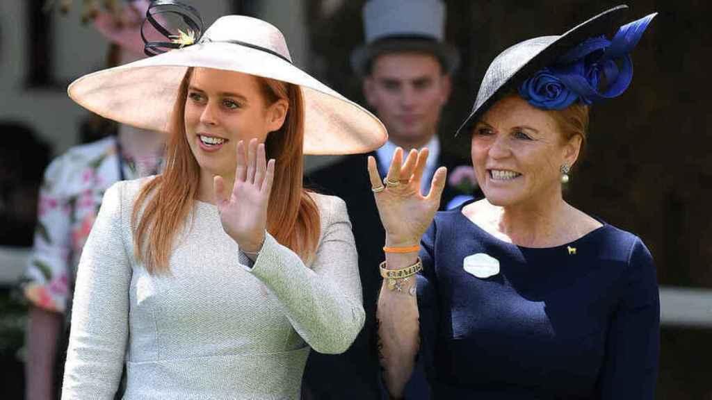 La princesa Beatriz de York y su madre, Sarah Ferguson, en Ascot.