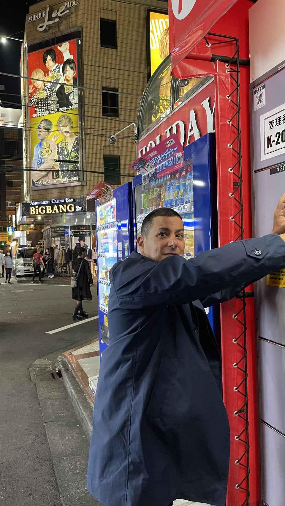 Jake Adelstein en el barrio de Shinjuku,  Tokio.