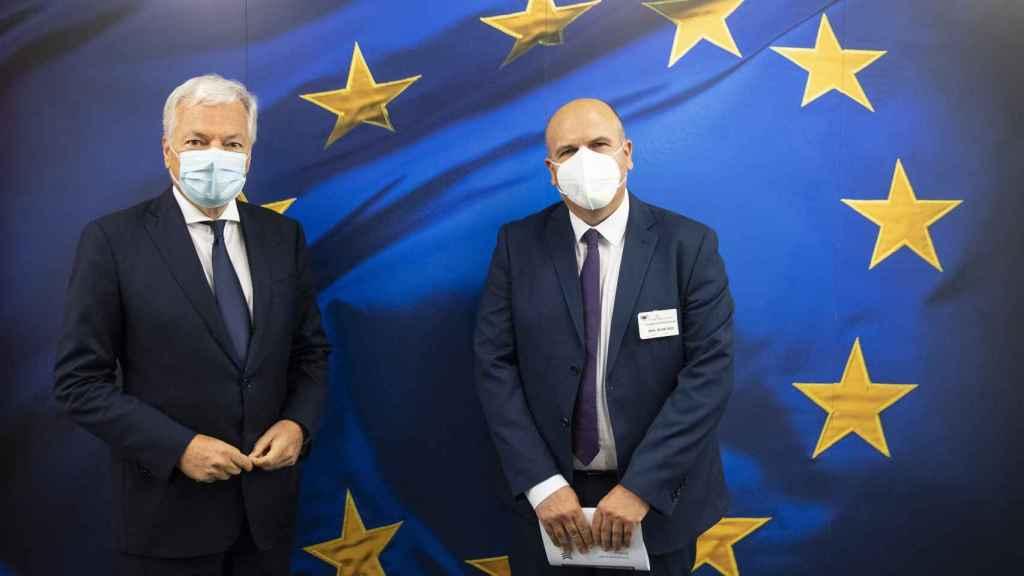 Didier Reynders durante su reunión este lunes con Fernando de la Fuente, de Jueces para la Democracia