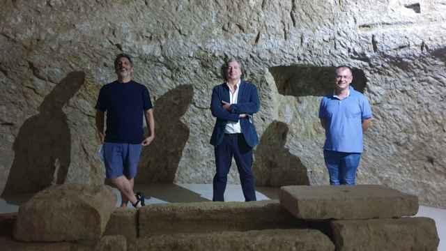 Aurelio Ayela, Martín Sanz y Carlos Bernabeu, en los pozos de Garrigós del Museo de Aguas de Alicante.