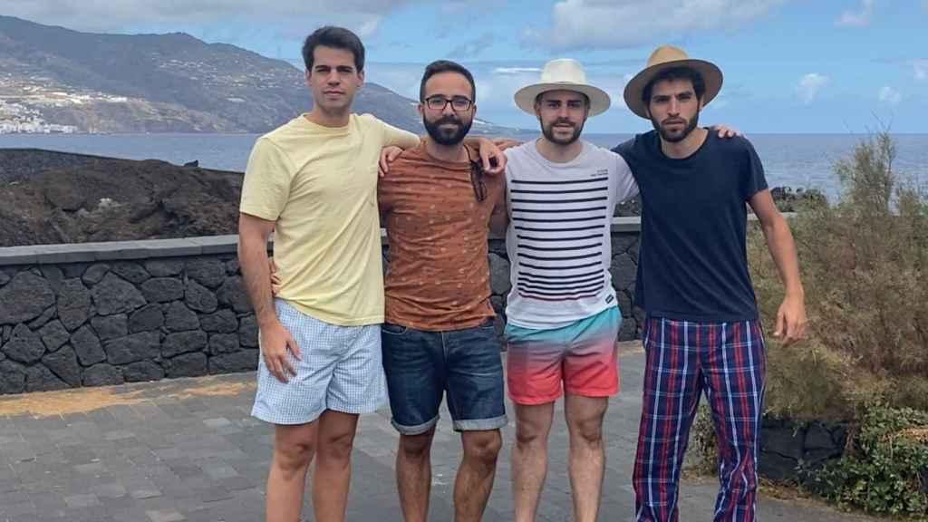 Diego, Alvaro, Roberto e Ignacio, amigos de Rodrigo alojados en La Palma
