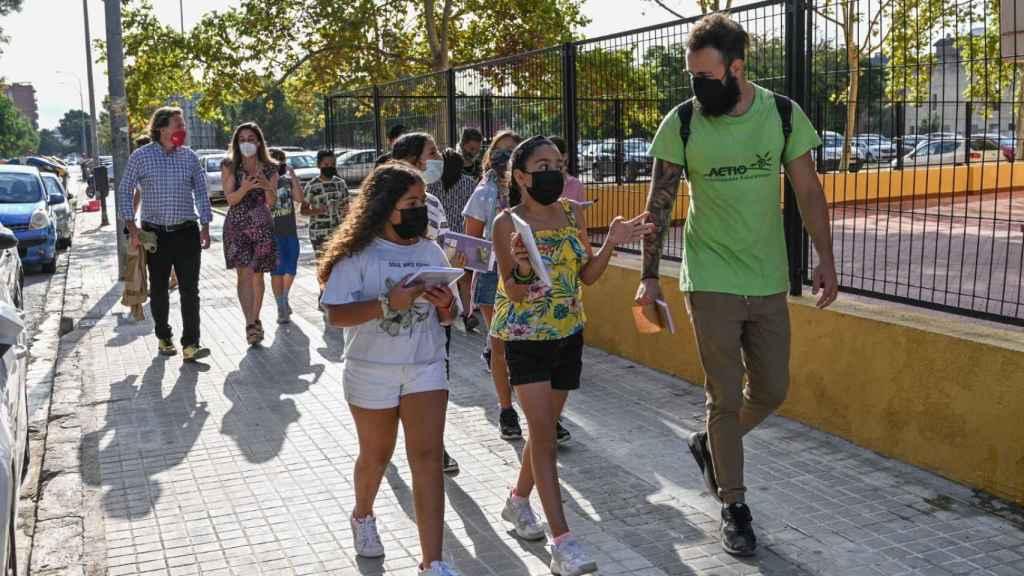 El concejal Giuseppe Grezzi (izquierda) acompaña a un grupo de alumnos que impone las multas morales. EE