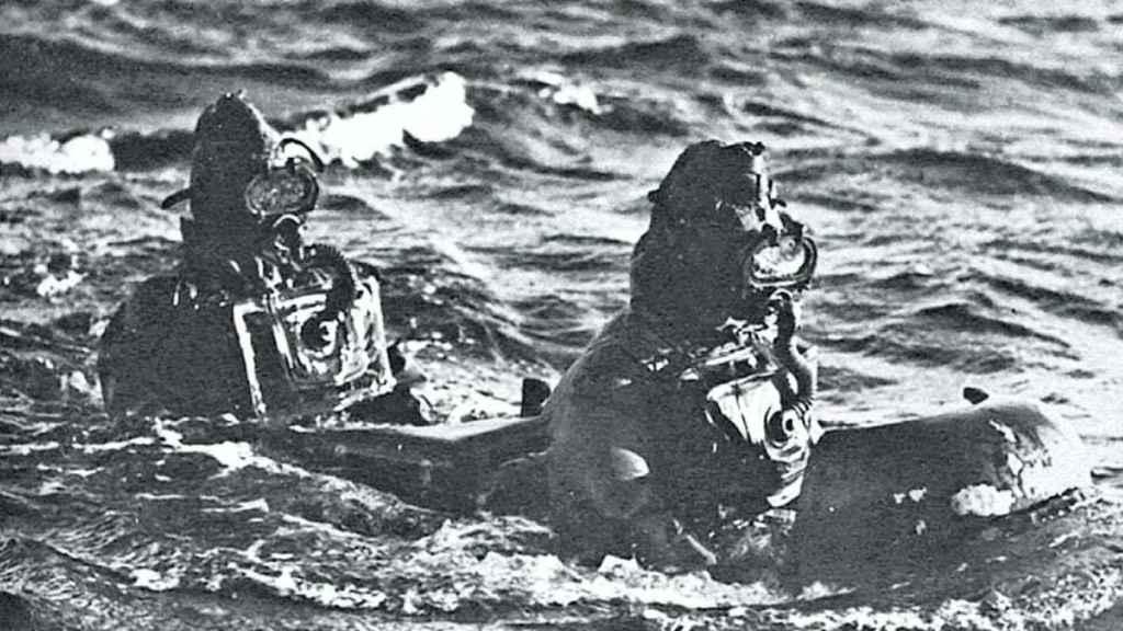 Dos buzos de ataque italianos, en un torpedo tripulado.