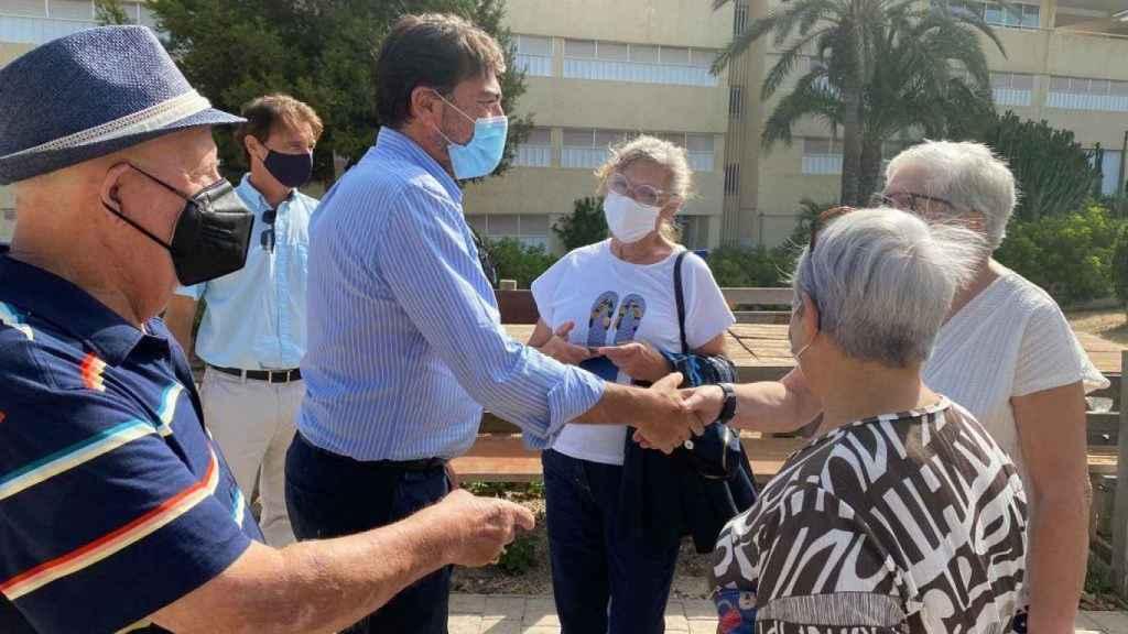El alcalde de Alicante, Luis Barcala, con unos vecinos de Urbanova .