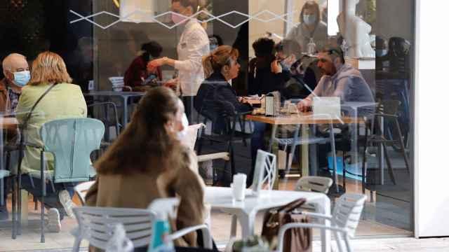 Un restaurante con terraza, en imagen de archivo.