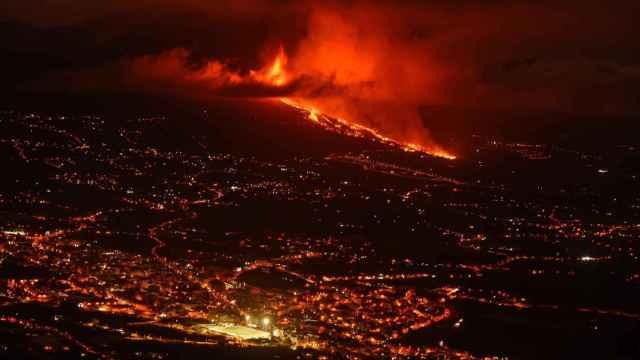 Vista de la colada de lava y del valle de Aridane desde el mirador de El Time, en La Palma.