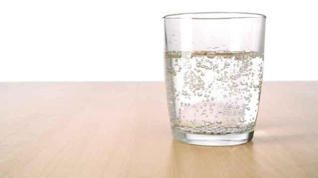 Un vaso de agua con gas.