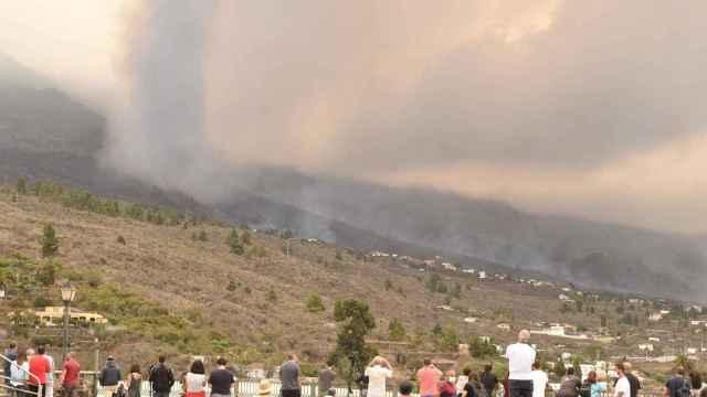 Varias personas observan la evolución del volcán de la isla de La Palma desde la localidad de Tajuya, en el municipio de El Paso.