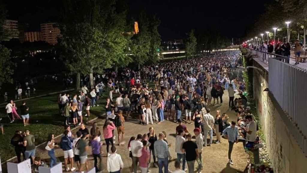 Jóvenes reunidos en el botellón masivo de este fin de semana en Lleida.