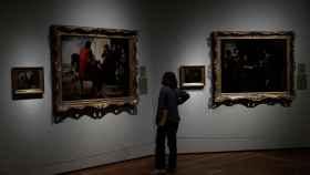 Una mujer observa los cuadros de Murillo 'La despedida del hijo pródigo' y 'El hijo pródigo recoge su legítima' durante la presentación de la exposición.