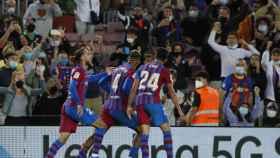Ronald Araujo celebra el gol del empate del Barça ante el Granada