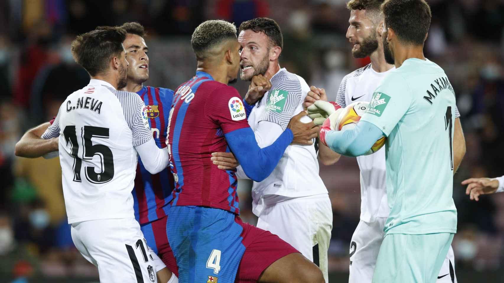 Tangana entre Ronald Araujo y Domingos Duarte, en el Barcelona - Granada de La Liga 2021/2022