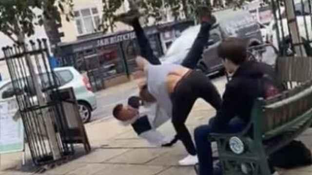 El momento de la trifulca entre Alex Williams y su agresor
