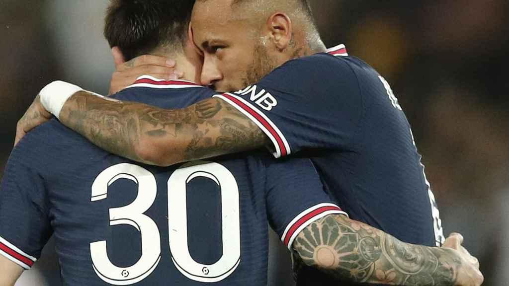 Abrazo entre Messi y Neymar durante un partido del PSG