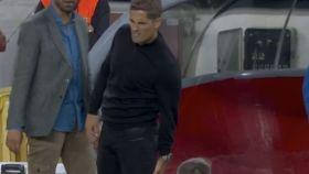 Robert Moreno, alcanzado por un objeto lanzado desde la grada del Camp Nou