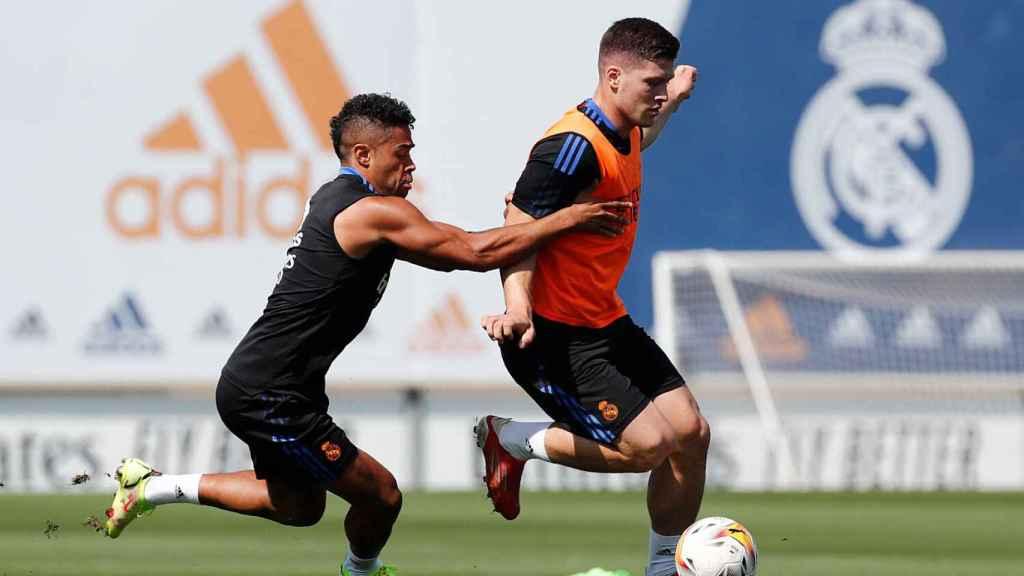 Mariano Díaz y Luka Jovic, durante un entrenamiento del Real Madrid