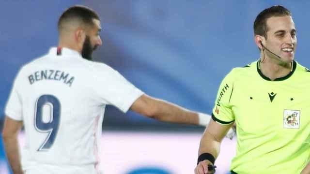 Karim Benzema y Javier Alberola Rojas, en un partido