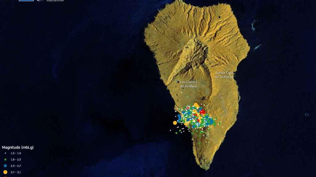 Imagen tomada desde el espacio por el programa Copernicus sobre la que superponen los epicentros de los seísmos en la Cumbre Vieja antes de la erupción.