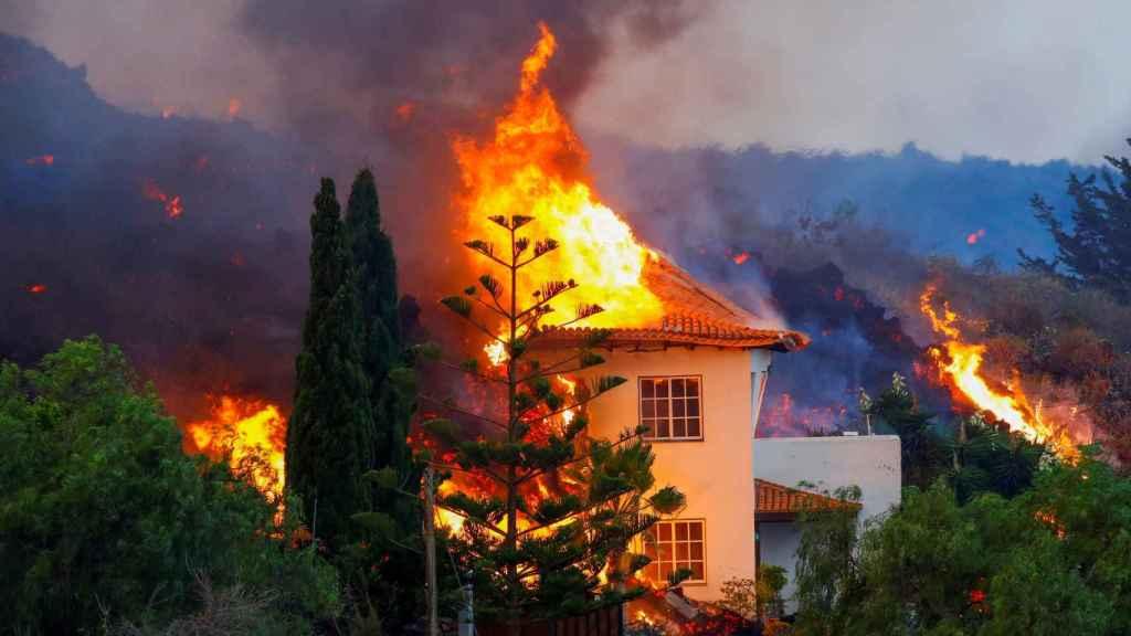 Arde una vivienda en Los Llanos de Aridane, municipio próximo al volcán.