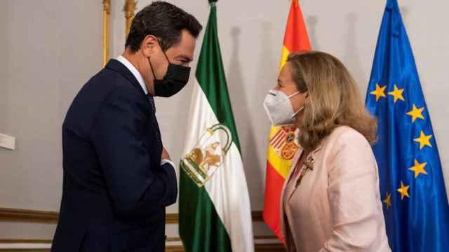 El presidente de la Junta, Juanma Moreno, con la ministra de Asuntos Económicos, Nadia Calviño.