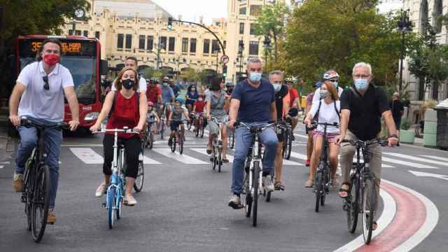 El concejal Giuseppe Grezzi (izquierda) y el alcalde Joan Ribó (derecha) al frente una marcha ciclista. EE