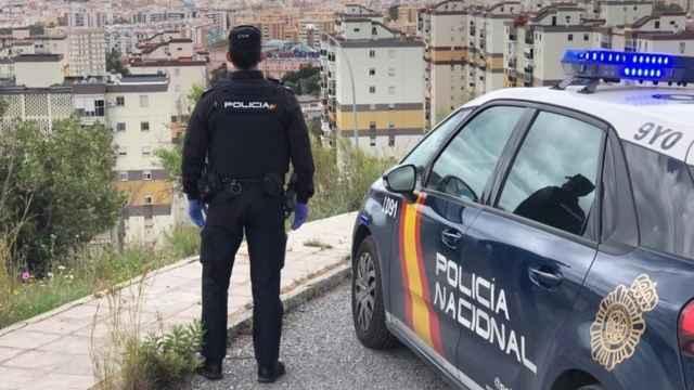 Un policía nacional frente al distrito Norte de Málaga.