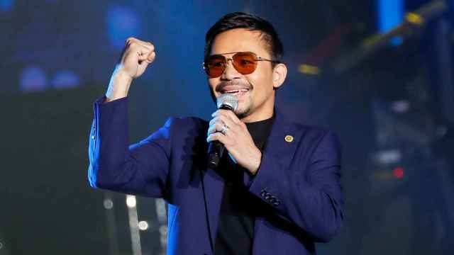 El campeón de boxeo filipino y senador Manny Pacquiao actúa durante un acto en Manila.
