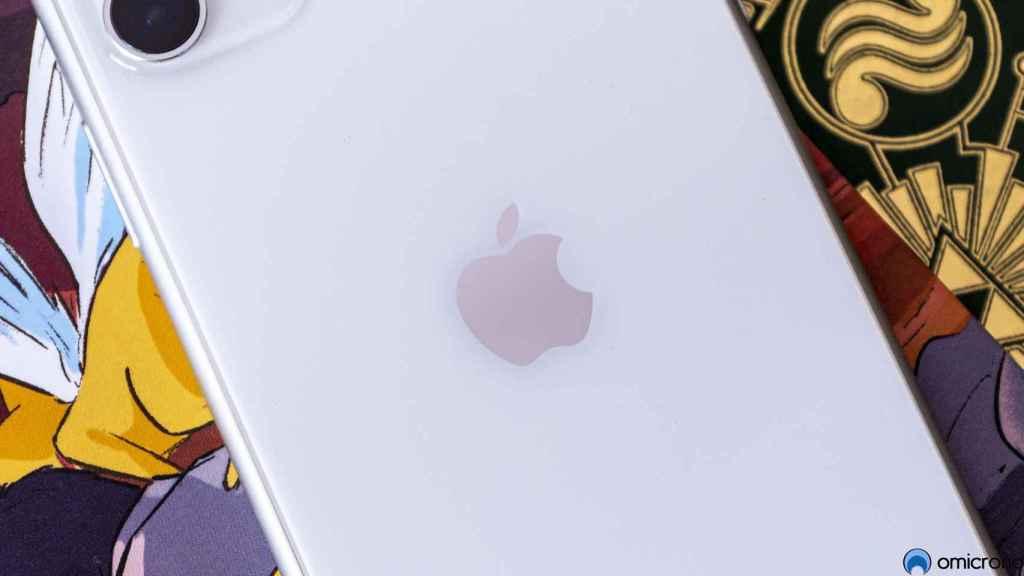 Logo de Apple en un iPhone 11.
