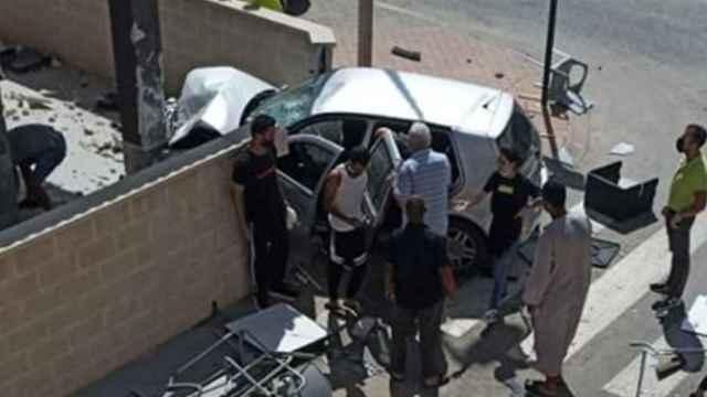 El turismo empotrado con la columna de una casa en Roldán tras arrasar las terrazas de dos restaurantes.