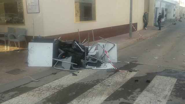 Un cliente en 'shock' después de que un coche arrasara la terraza de dos restaurantes en Roldán.