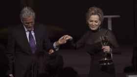 Michael Douglas acompaña a Jean Smart, ganadora del Emmy.