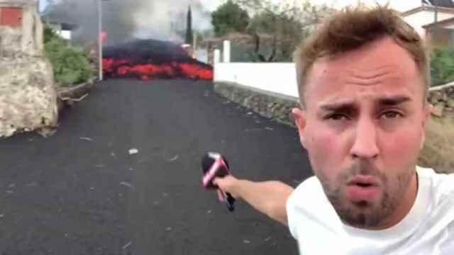 Críticas a un reportero de 'Cuatro al día' por acercarse demasiado al volcán de La Palma