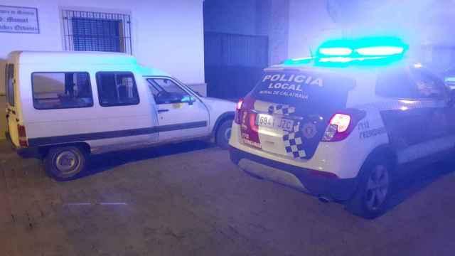 Un coche de la Policía Local junto a uno de los vehículos forzados en Moral de Calatrava.