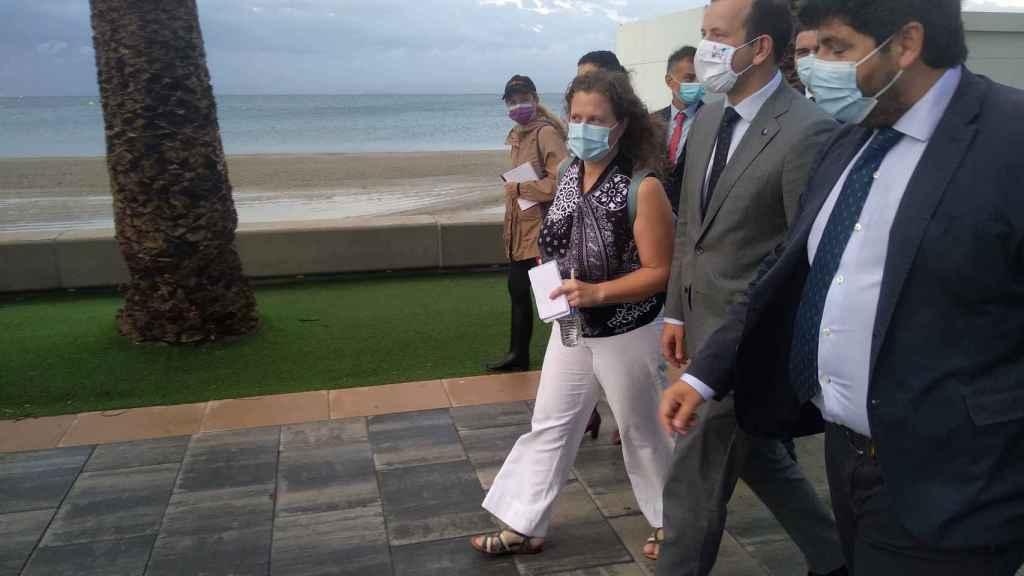 El presidente de Murcia y el comisario europeo, este martes, en la Playa de La Puntica.