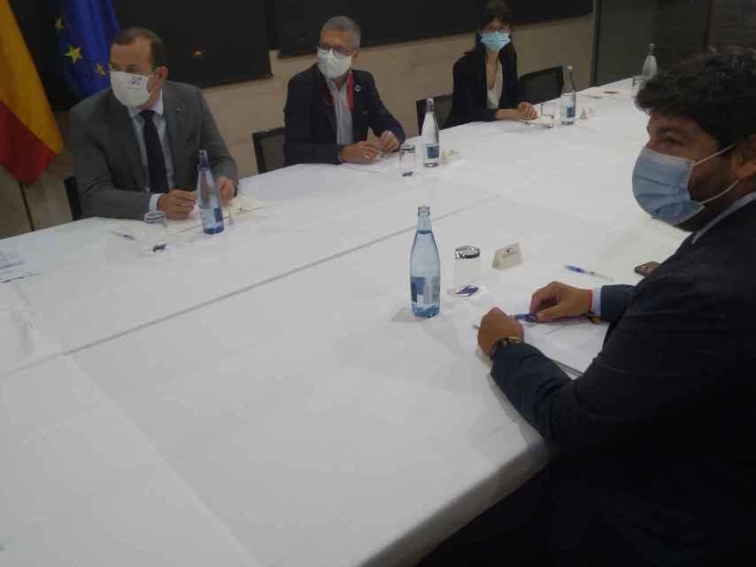 El comisario europeo, el secretario de estado y el presidente murciano, este martes, en el Hotel Thalasia.