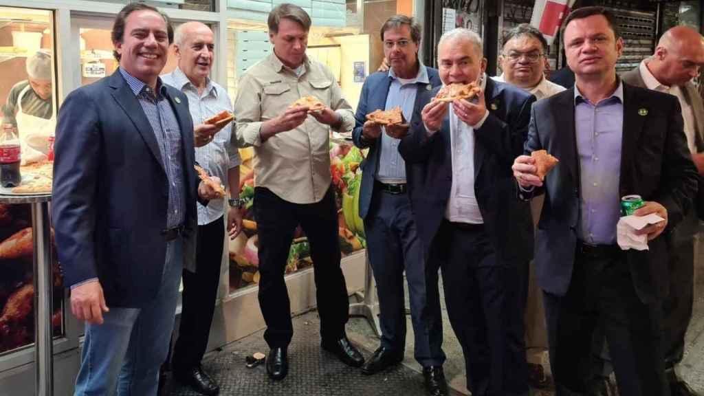 Jail Bolsonaro comiendo pizza con su equipo en un calle de Nueva York. Twitter