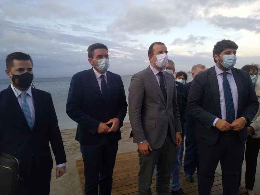 Las autoridades estatales, europeas y autonómicas, este martes, con el Mar Menor de fondo.