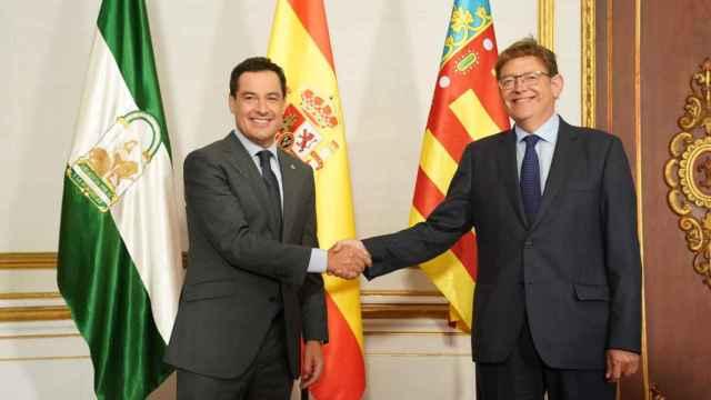 Juanma Moreno y Ximo Puig, durante su encuentro de este martes. EE