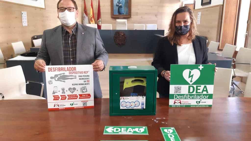 El alcalde, Javier Carrera, y la concejal de Sanidad, Carmen Macho
