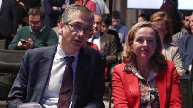 Pablo Hernández de Cos, gobernador del BdE, junto a Nadia Calviño, vicepresidenta primera del Gobierno y ministra de Economía.