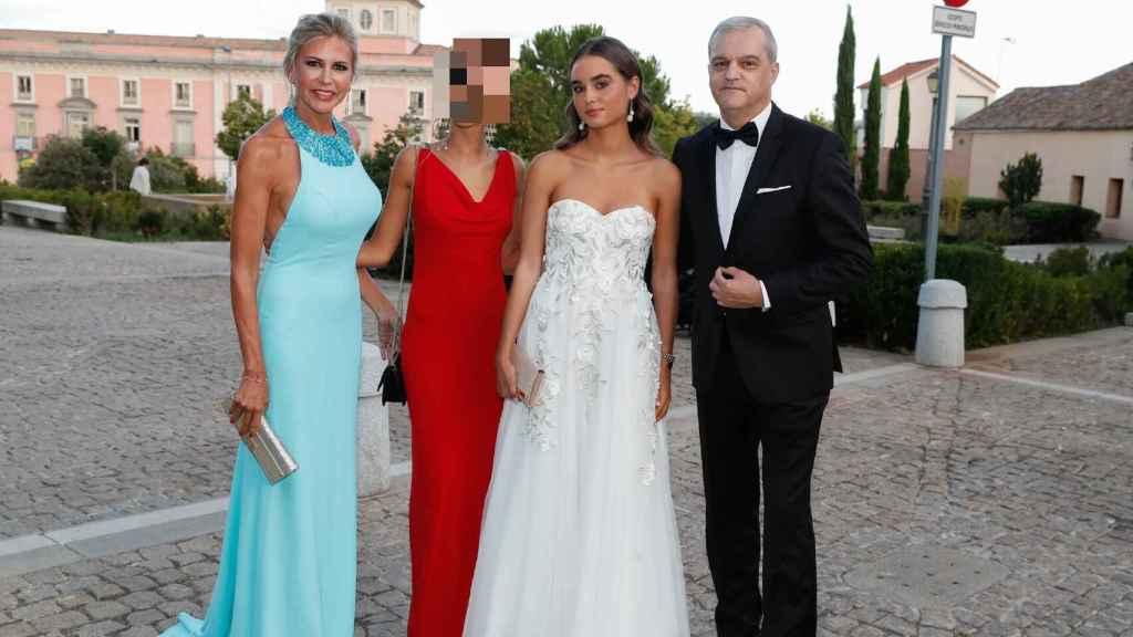 Patricia y Ramón junto a sus hijas el día de la puesta de largo de Natalia.