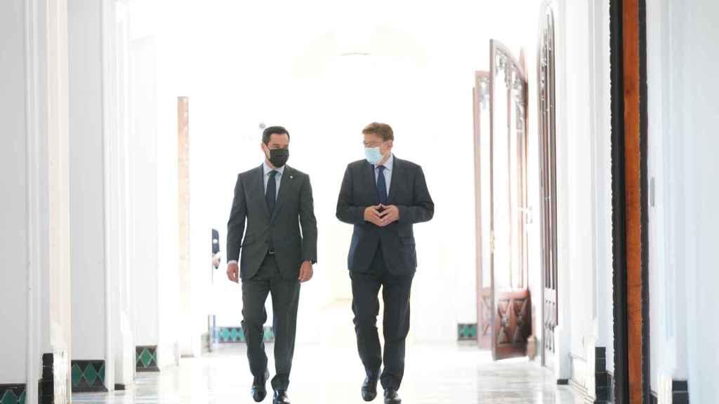 Juanma Moreno y Ximo Puig caminan por el palacio de San Telmo, sede del ejecutivo andaluz.