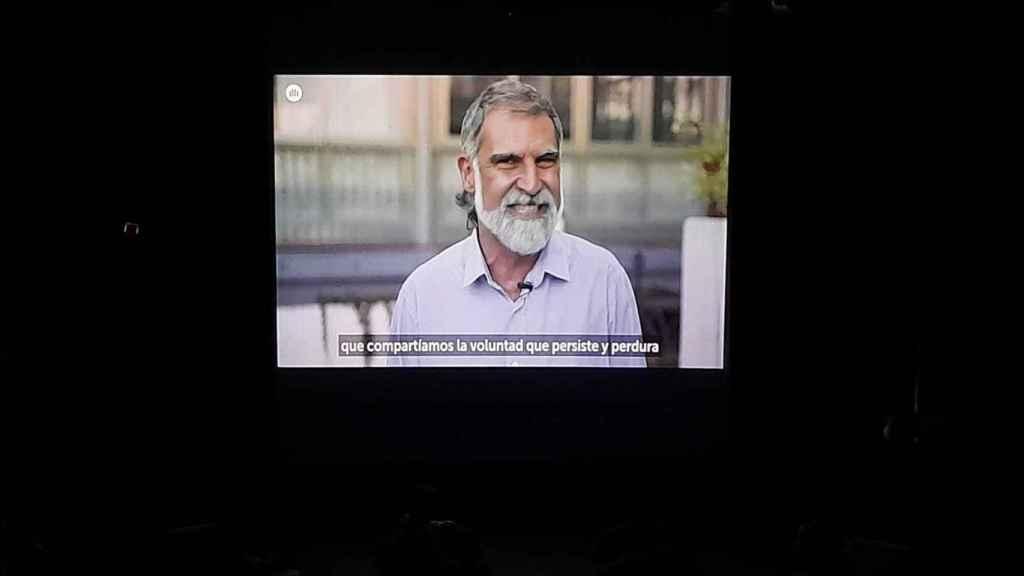 Jordi Cuixart, presidente de Òmnium Cultural condenado por sedición, entra en escena para gozo de los presentes.