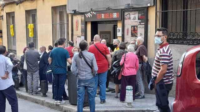 Decenas de separatistas acuden al acto celebrado por Madrileños por el Derecho a Decidir en el Teatro del Barrio.