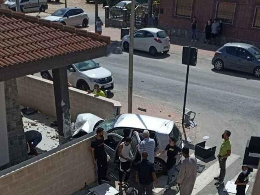 El Golf que conducía Abdellah, este viernes, empotrado en la columna de una casa pegada a los restaurantes de Roldán.