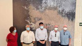 Los coleccionistas Michael Jenkins y Javier Romero en su visita a agosto al MACA con las autoridades.